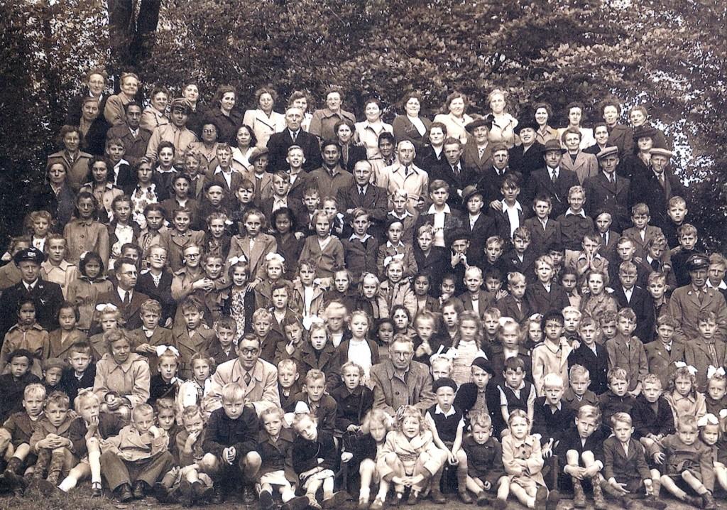 1951 kinderen van de Zwiggelter basisschool - waaronder een aantal Molukse kinderen van woonoord Schattenberg - op schoolreisje